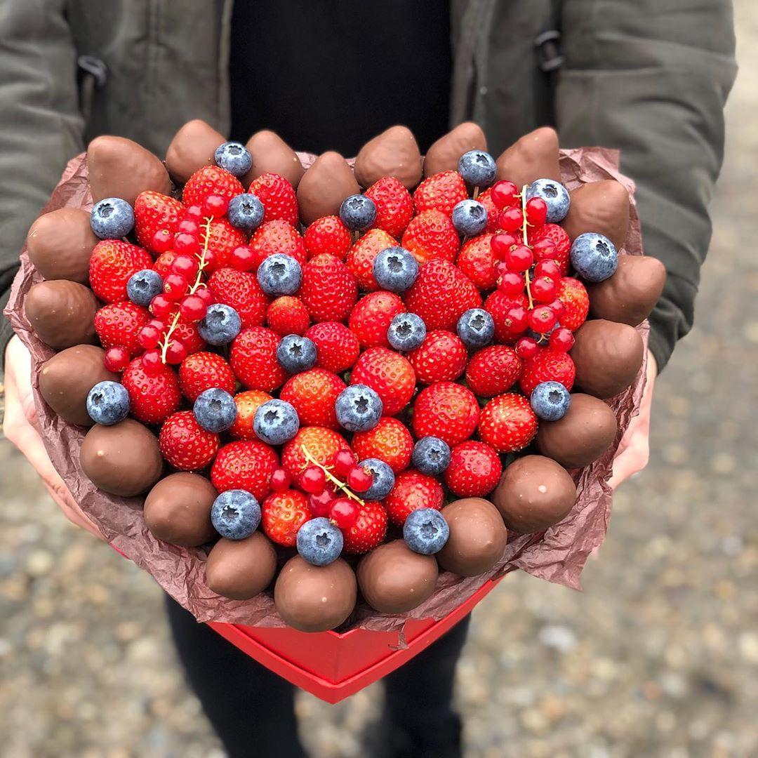 Клубника сердце в шоколадной рамке Image