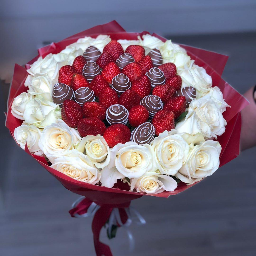 Букет из клубники с розами Image